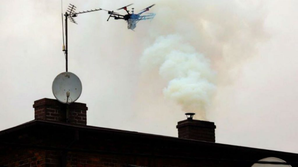 Un drone surveille la fumée émise par une cheminée à Katowice, au sud de la Pologne, pour lutter contre la pollution de l'air, sur une photo fournie par la police municipale. Photo: police municipale de Katowice /AFP